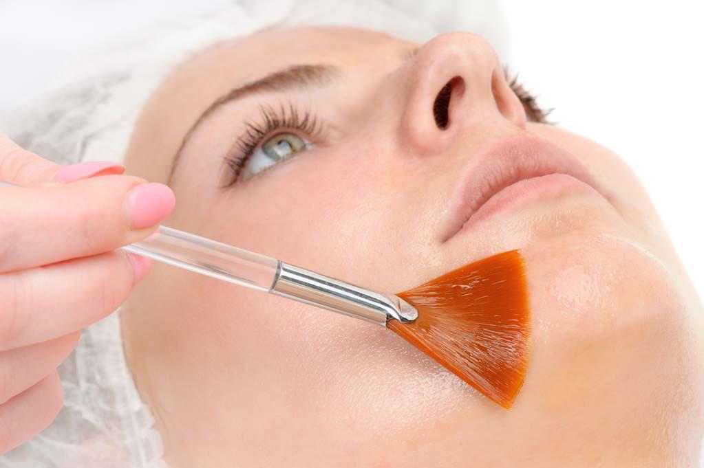 Oilyskinbeauty Lying down and using retinol for skin care